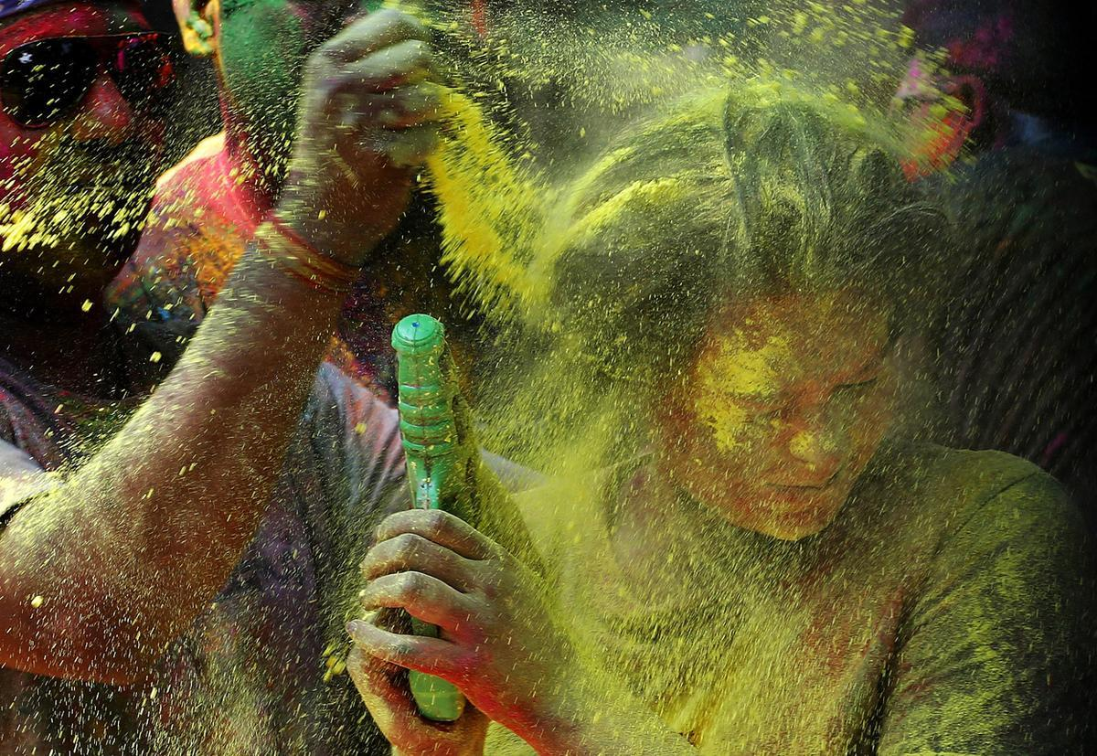 Why Should You Worry About Your Eyes This Holi?